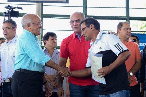 Moradores de nove bairros de Manaus recebem títulos definitivos de terra
