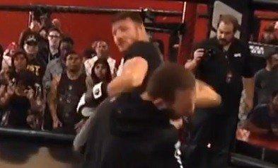 Anderson Silva zoa Michael Bisping e demonstra como se dá chute rodado