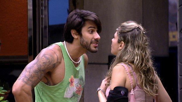 """""""Olha ela"""" Ana Paula é desclassificada do BBB16 após dar tapa em Renan"""
