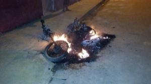 Ex-prefeito de Benjamin Constant acusa atual administração de mandar incendiar moto em sua residência