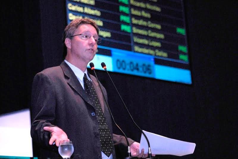 Luiz Castro aprova decisão do TCE de suspender licitação da Seduc