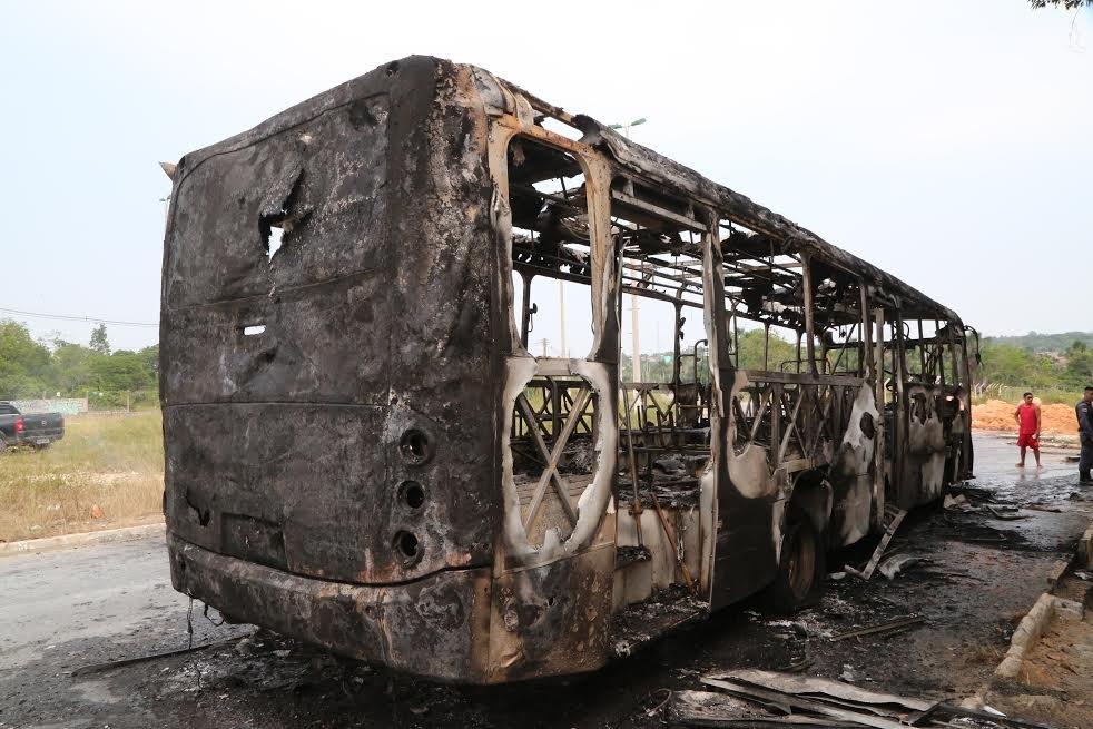 """Revoltados passageiros incendeiam ônibus que """"pregou"""" em Manaus"""