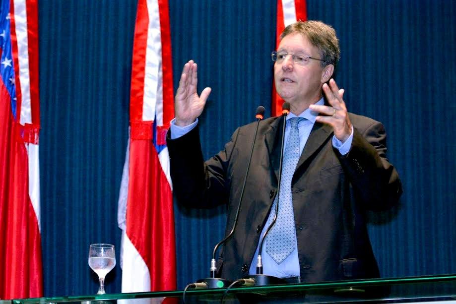 Luiz Castro critica gestão na compra de medicamentos para rede pública