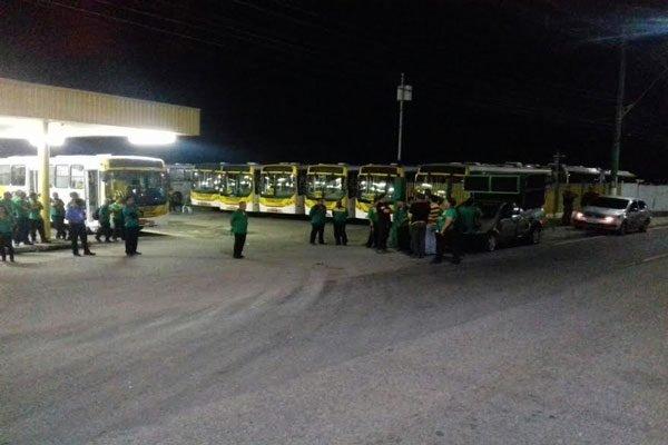 Empresas tentam liberar ônibus mas são impedidas por sindicalistas