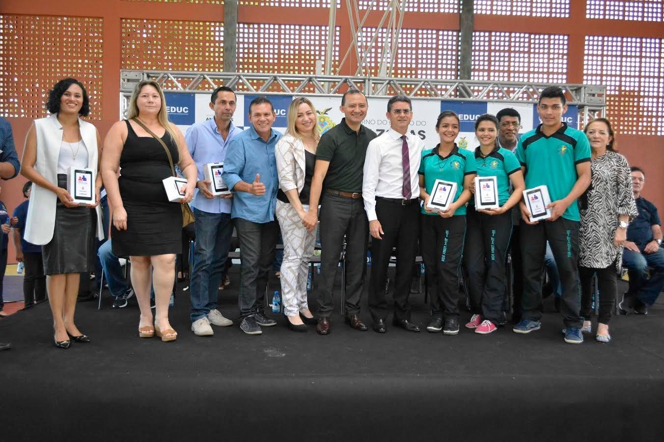 Alunos do EETI Lecita Fonseca Ramos na Zona Norte recebem tablets para usar em sala de aula