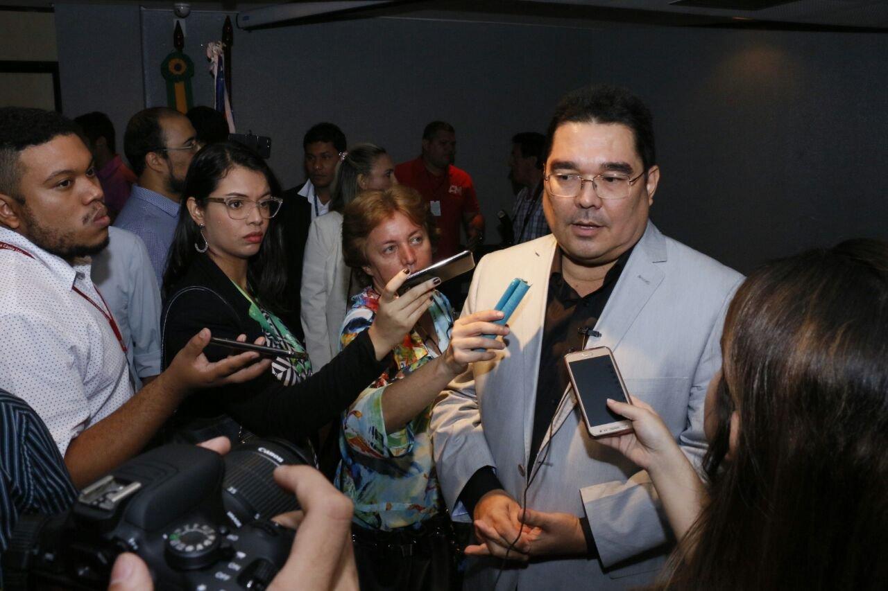 Secretário José Augusto toma posse e é recebido por centenas de servidores da educação