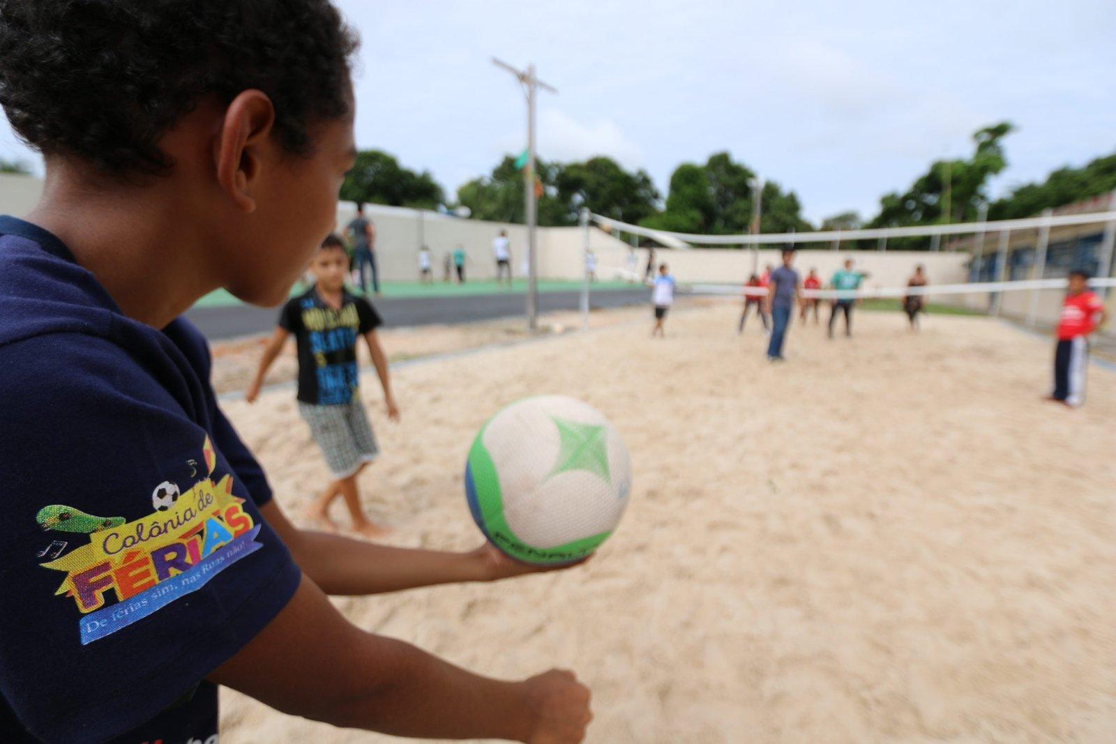 """Colônia de férias """"De férias sim, na rua não"""" beneficia crianças, adolescentes e familiares em ação envolvendo 13 órgãos do Governo do Estado"""