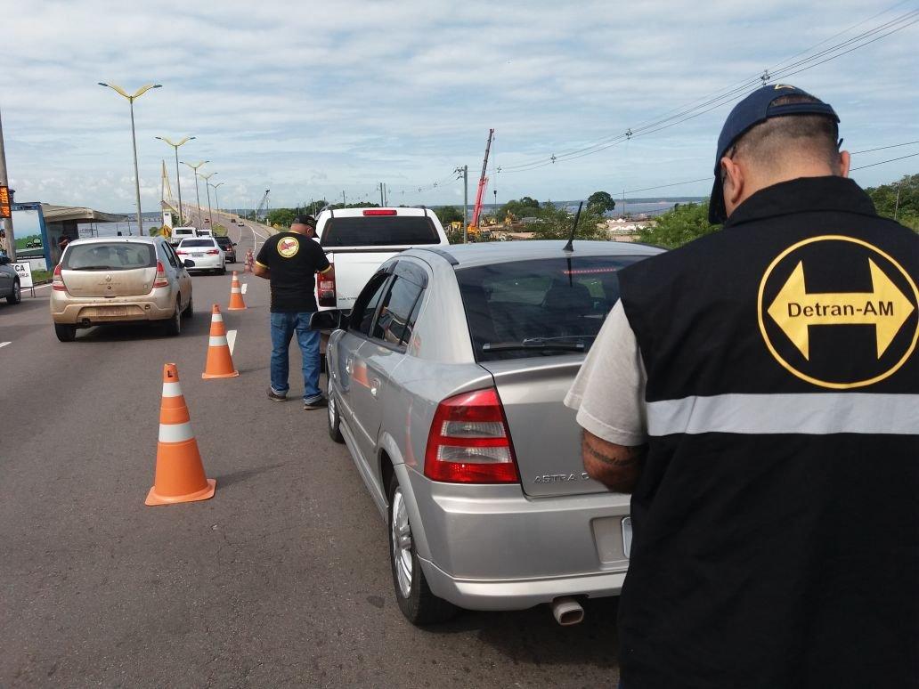 Fiscalização de trânsito na ponte Rio Negro termina com mais de 50 motoristas autuados e um adolescente apreendido por dirigir motocicleta irregularmente