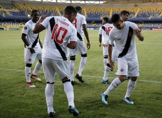 Vasco aproveita erros do rival, goleia no Chile e encaminha vaga na Libertadores