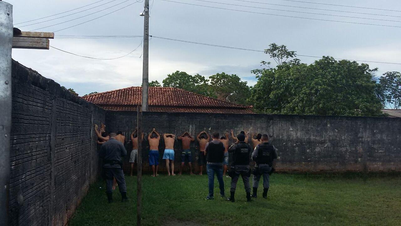 Polícias Militar e Civil fazem revista na 42ª DIP e apreendem materiais diversos nas celas, em Barreirinha