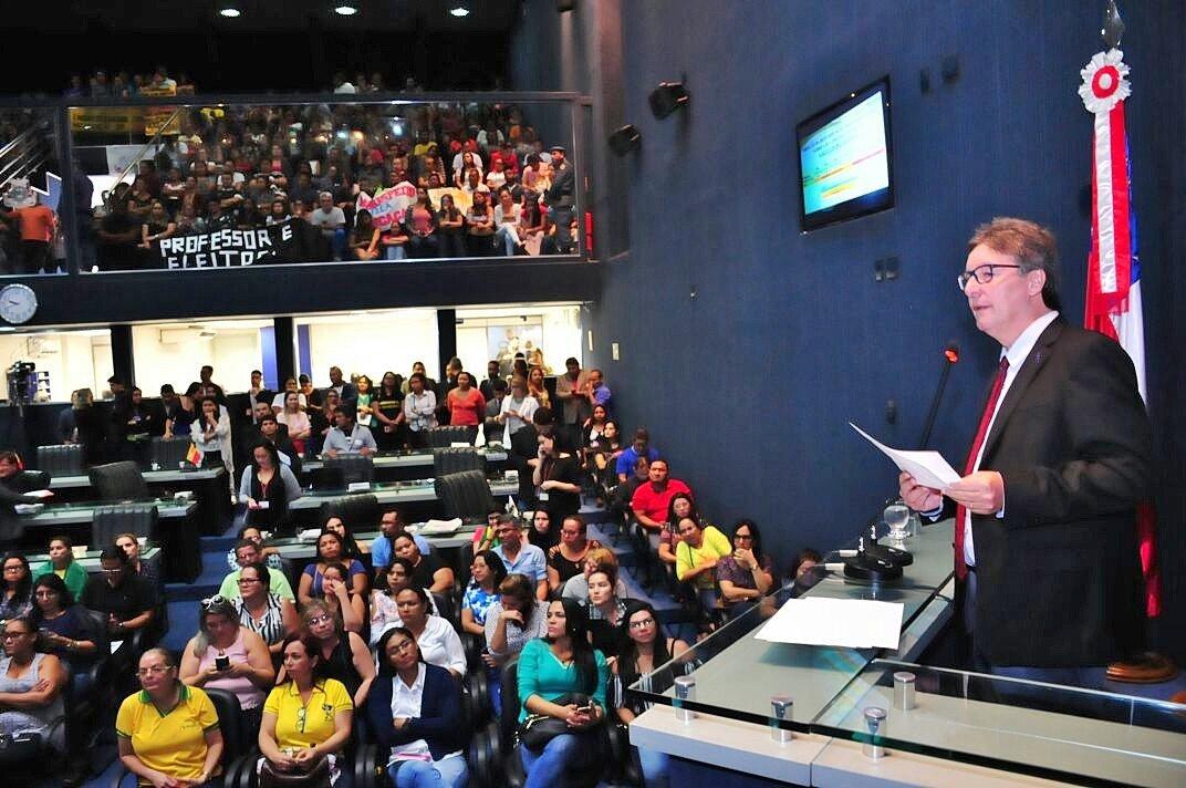 Governo tem recursos para atender reivindicação dos professores, afirma Luiz Castro