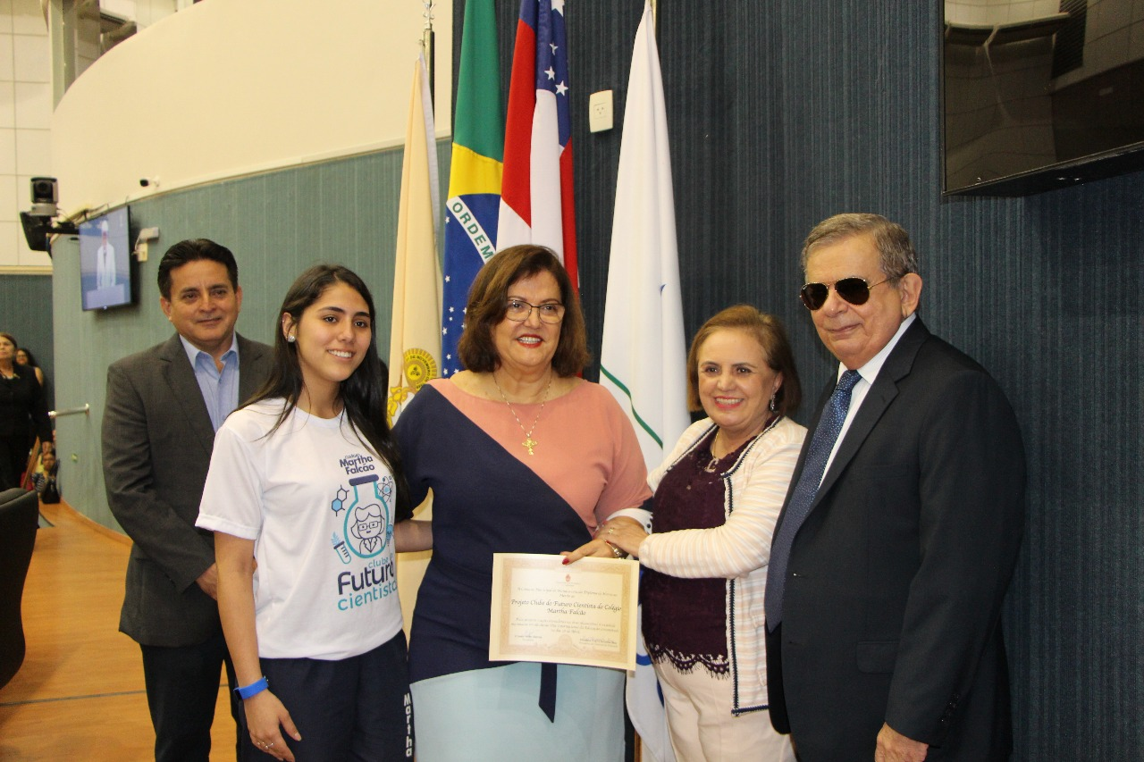Profissionais e colaboradores da Educação recebem homenagem na Câmara