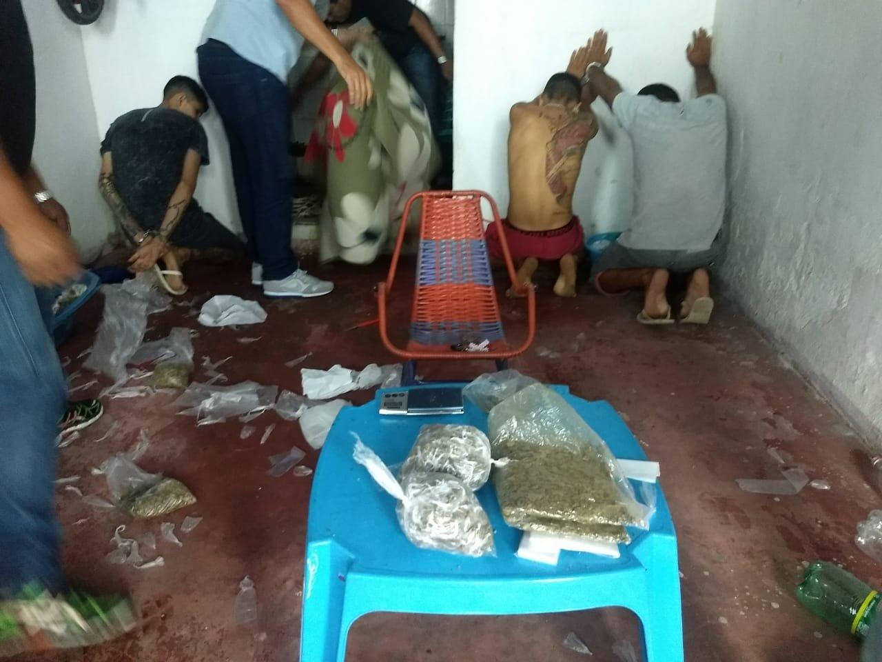 Polícia prende trio com 300 'trouxinhas' de maconha no bairro Alvorada