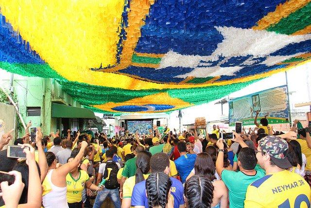 Torcedores comemoram vitória do Brasil nas ruas de Manaus