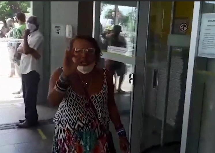 """""""Sou a maior racista da terra"""": mulher surta após marido falar com um jovem negro; veja vídeo"""