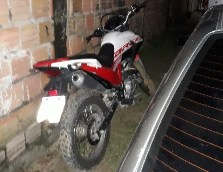 Polícia Militar recupera moto com restrição de roubo no bairro Colônia Santo Antônio