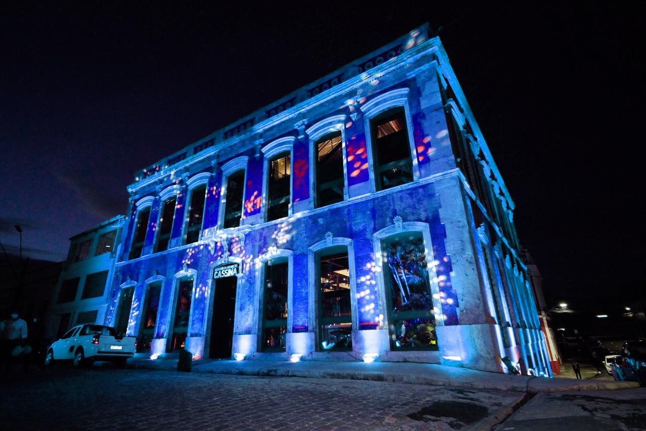 Casarão da Inovação Cassina ganha cor azul em homenagem ao Mês do Autismo