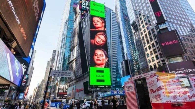 Marília Mendonça e Maiara e Maraisa estampam telão na Times Square